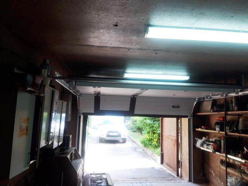 Установка секционных гаражных ворот с встроенной калиткой