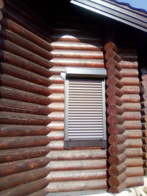 Рольставни на окна дома из бруса