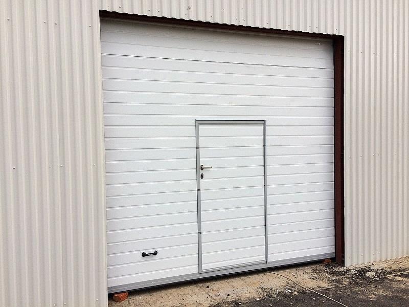Секционные гаражные ворота с калиткой установка