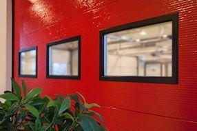 встроенное окно для промышленных секционных ворот Алютех